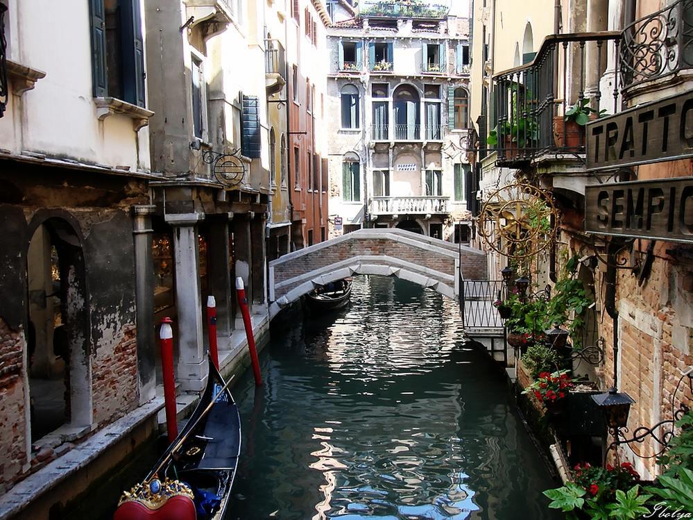 从亚平宁半岛的西南一路晃悠,最后一站是东北角的威尼斯。 以中国为参照物,大致在中国南北朝时,威尼斯还是个小岛,元朝中期因港口通商达到鼎盛,一度是欧洲最富裕最有权势的国家,嘉庆年间威尼斯被拿破仑灭了,没多久被奥地利拿下,同治年间并入意大利。 就历史而言,威尼斯并不算长。然而,威尼斯是世界上最会打扮自己的城市,狂欢节、艺术双年展、电影节等,早已成为这城市烫金的名片。推波助澜的,还有一个个文人墨客,英国老头儿写过《威尼斯商人》,德国老头儿写过《威尼斯之死》,中国老头儿写过《威尼斯游记》就这样,一拨一拨的人潮搭